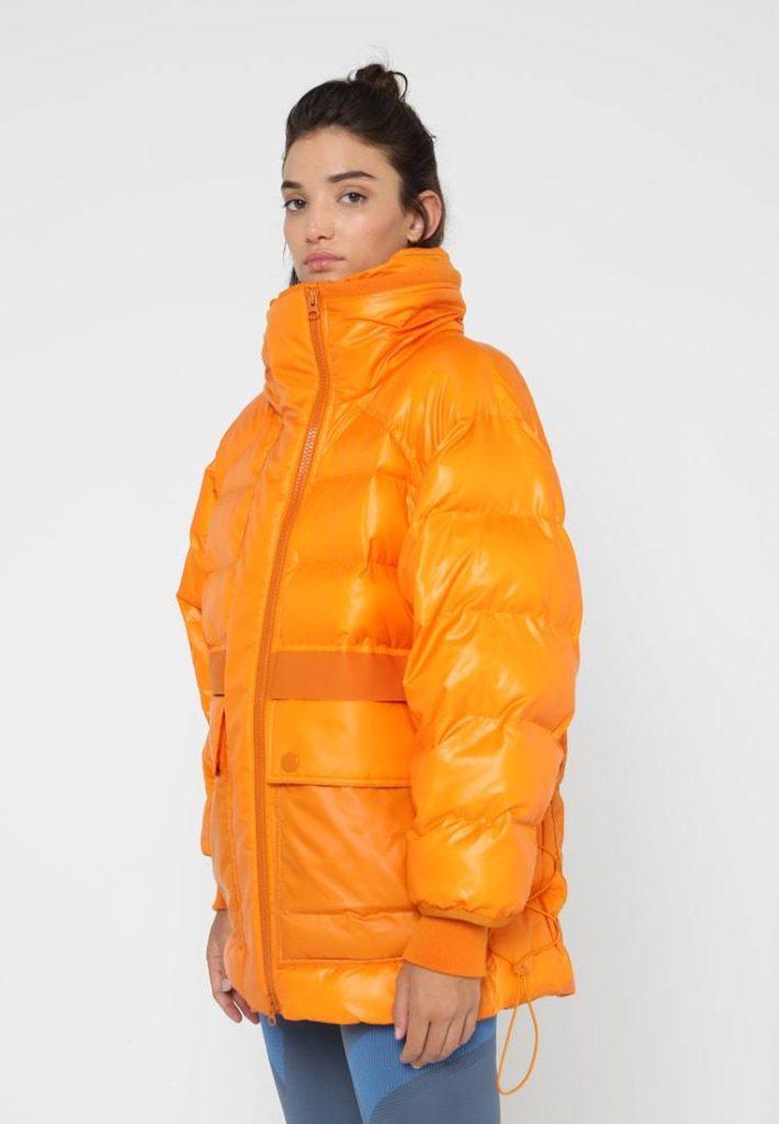 спортивный стиль одежды: куртка желтая