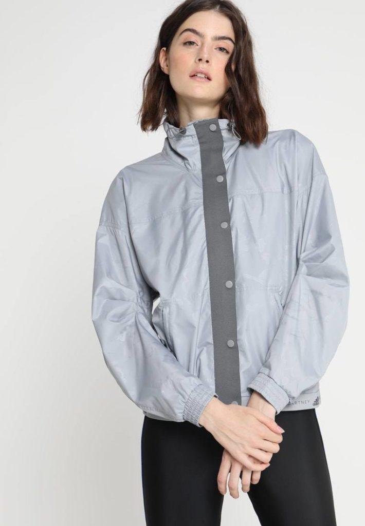 спортивный стиль одежды: куртка серая
