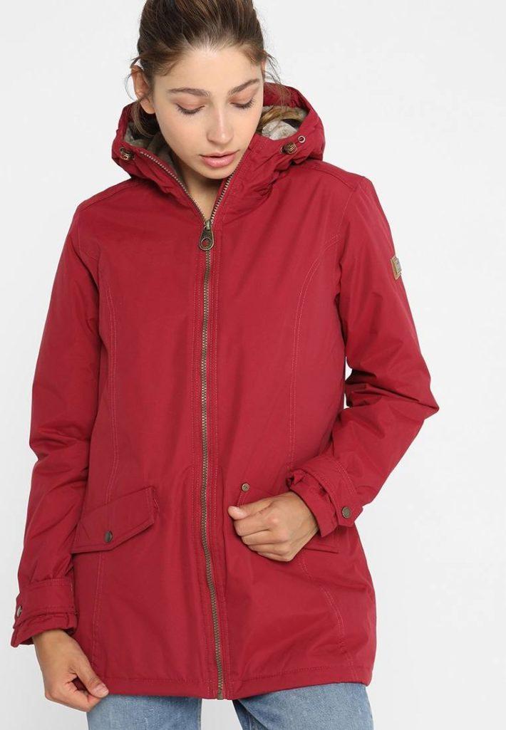спортивный стиль одежды: куртка красная