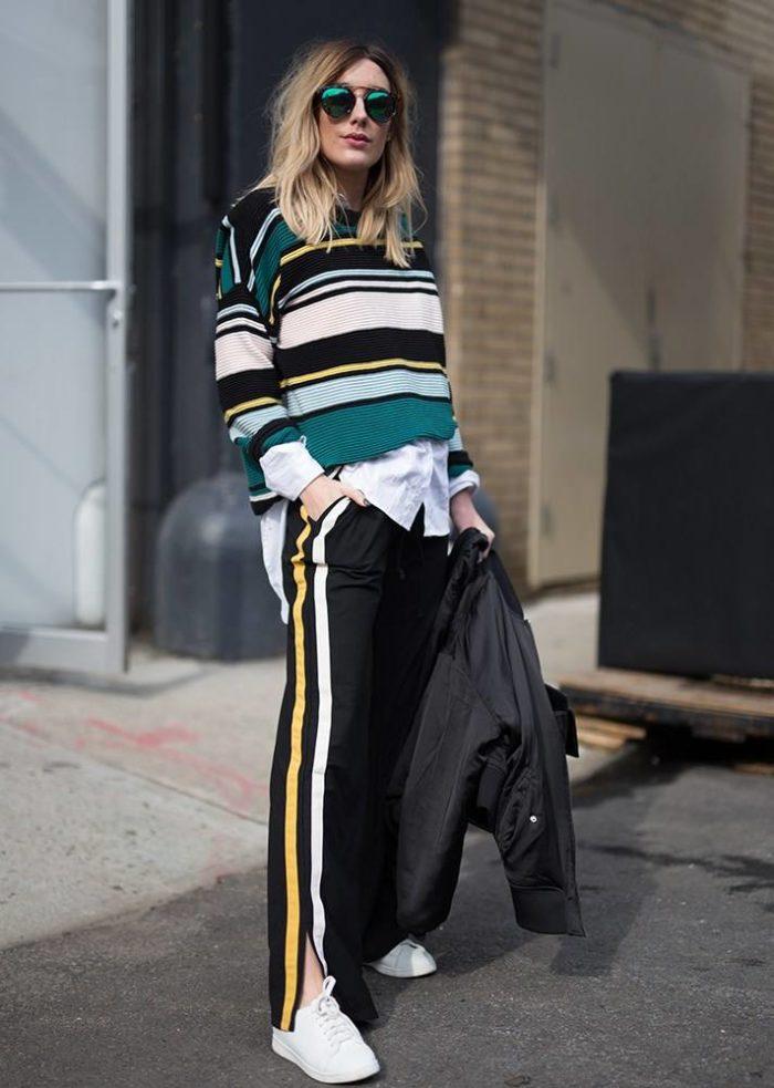 черные штаны и полосатая кофта