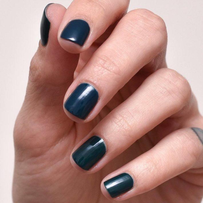 Стильный ногтей гель-лаком синий