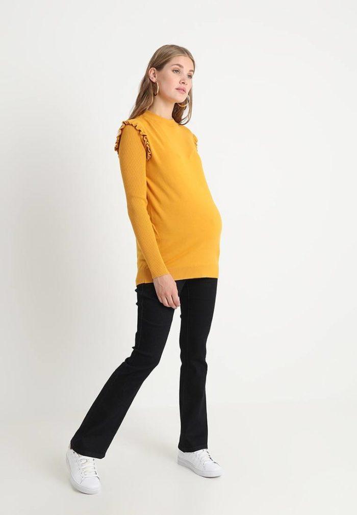 желтая кофта под черные штаны