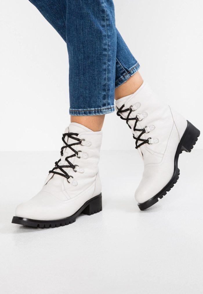 белые ботинки на черных шнурках