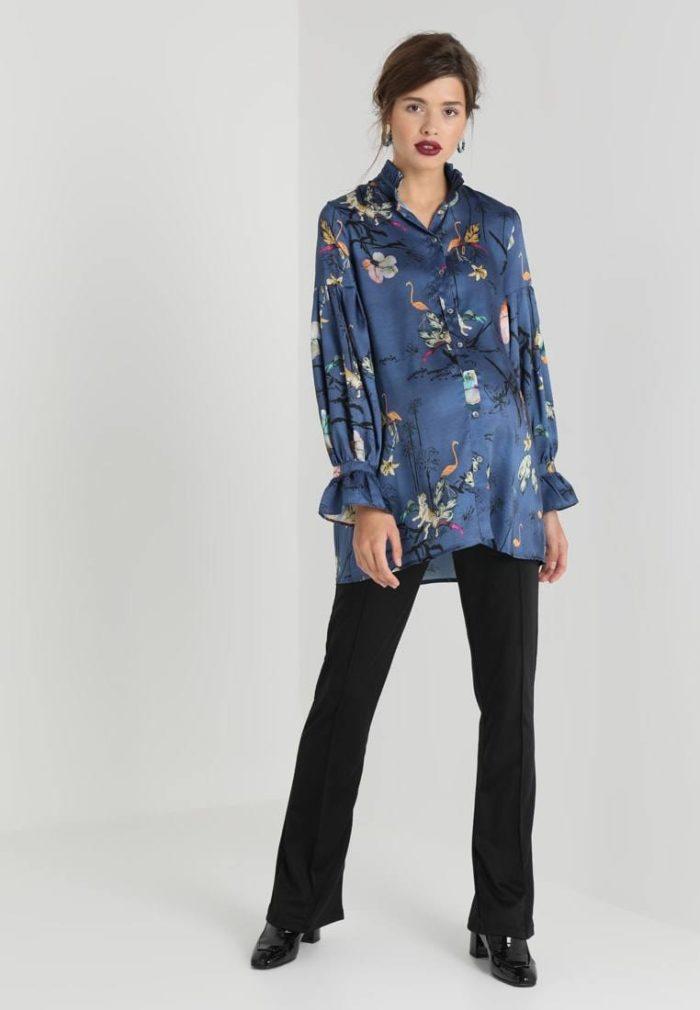 синяя блузка с принтом