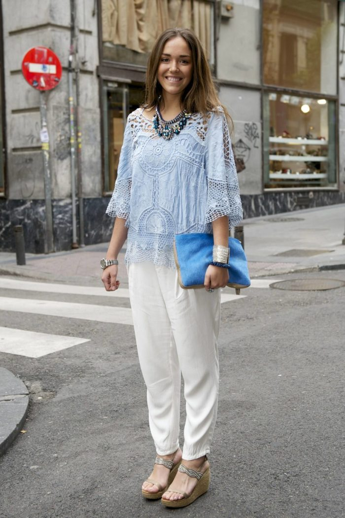 голубая кружевная блузка под белые штаны