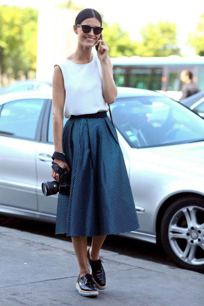 пышная синяя юбка под белую майку