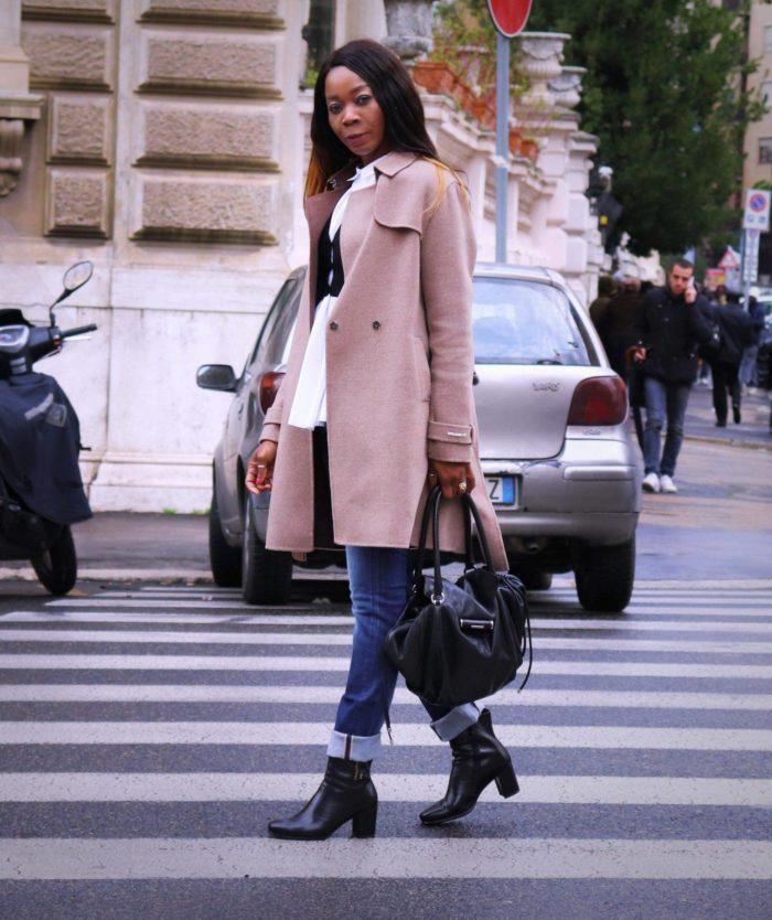 розовое пальто под черную сумку