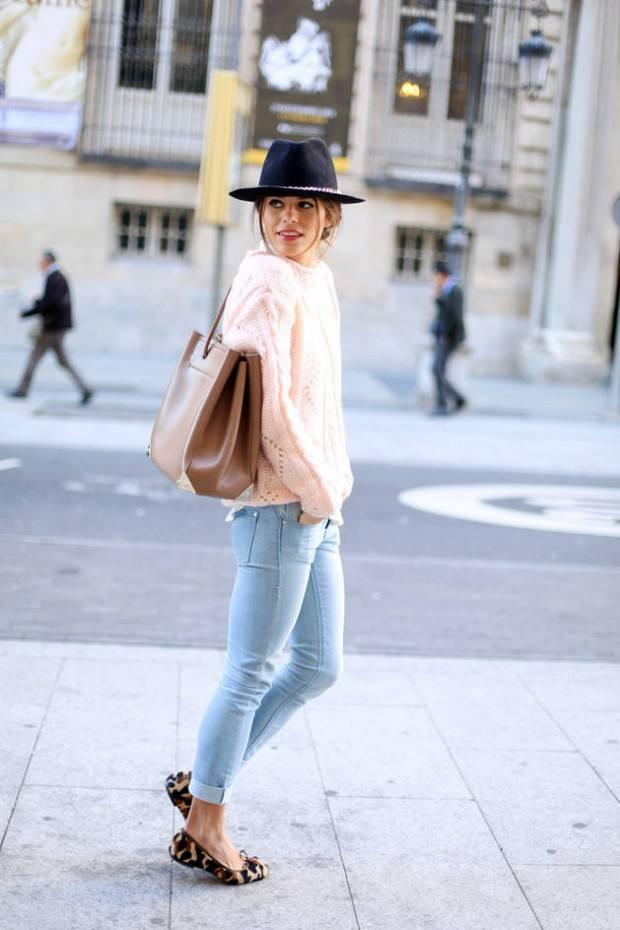 розовая кофта под голубые джинсы