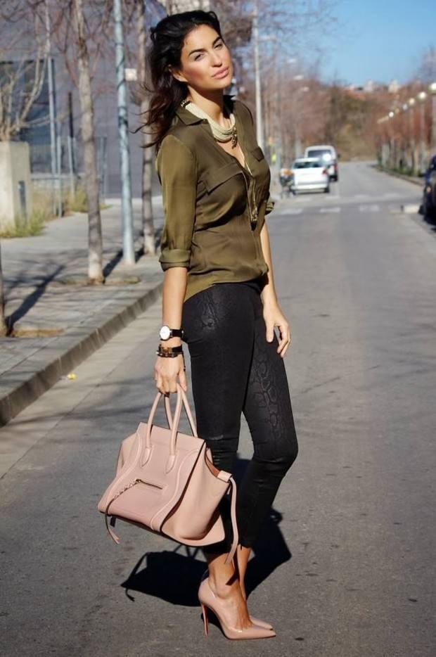 оливковая блузка под узкие джинсы