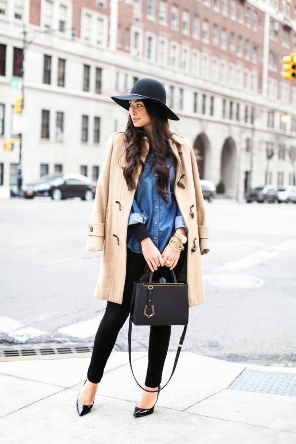 кремовое пальто и черные джинсы скинни