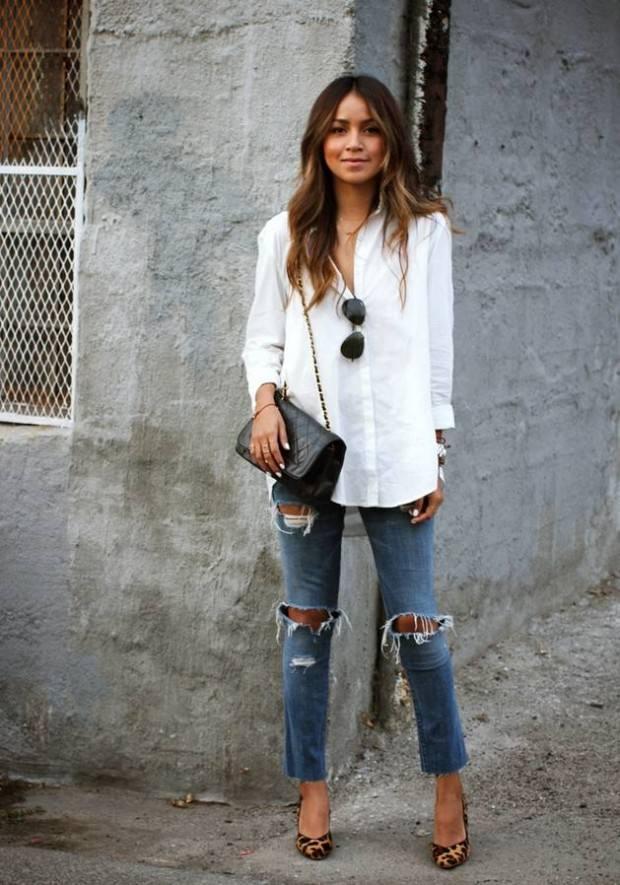 белая рубашка и синие рваные джинсы