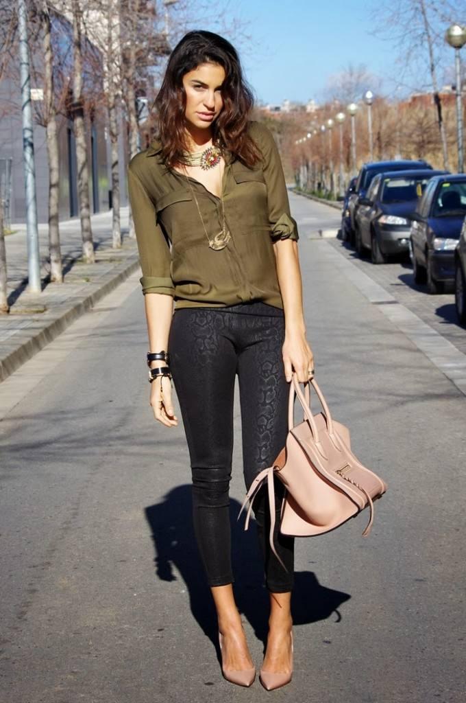 оливковая рубашка и джинсы скинни