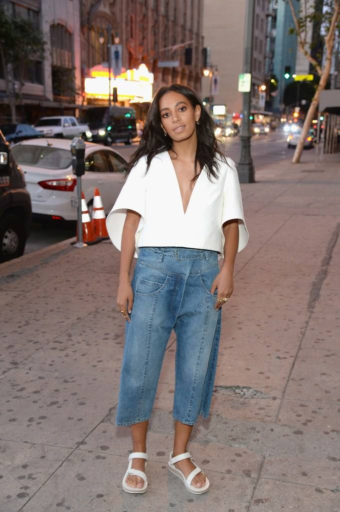 белая блузка под голубые джинсы