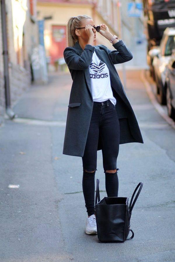 темно-серое пальто под рваные джинсы