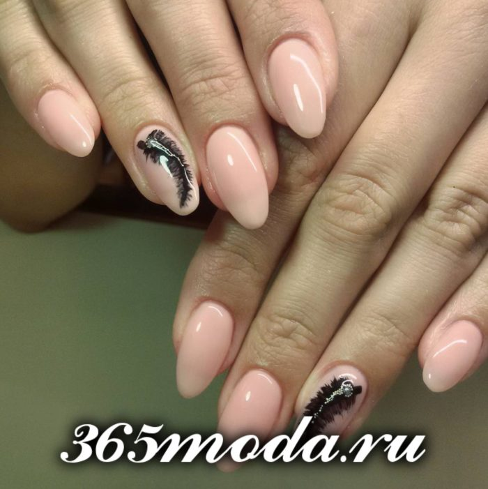нюдовый маникюр розовый принт черное перо