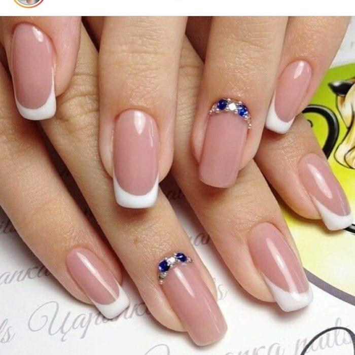 френч длинные ногти с синими камнями