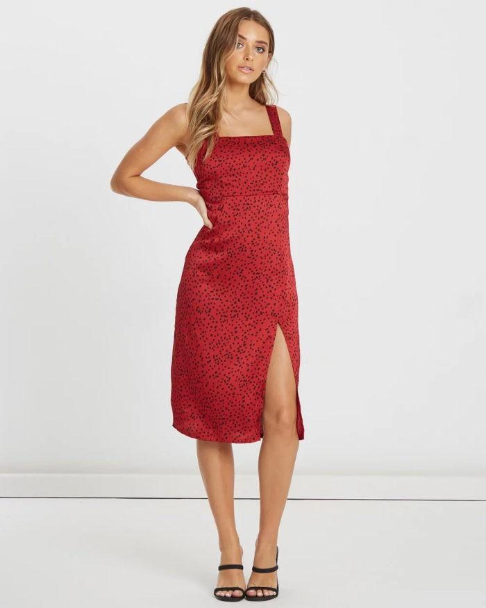 красное платье на бретелях в черный горох
