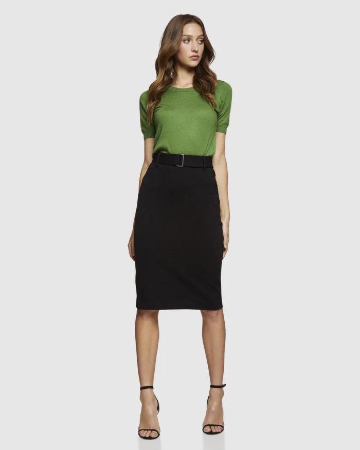 зеленая футболка под черную юбку