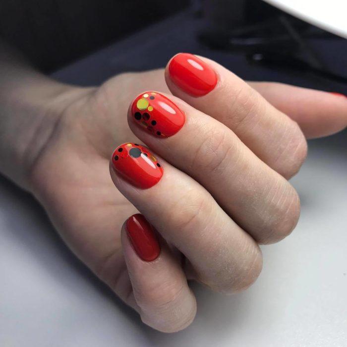 дизайн ногтей в красно черном цвете с блестками