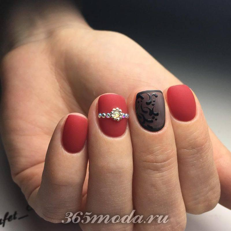 дизайн красно черных ногтей со стразами