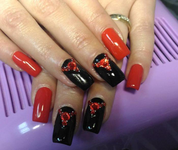 дизайн ногтей красный с черным со стразами