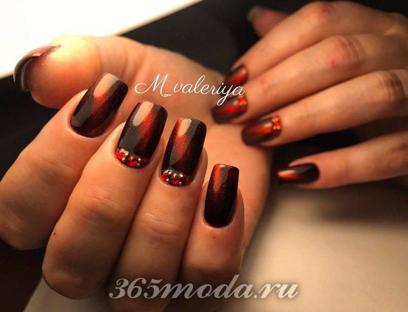 дизайн ногтей в черно красном цвете со стразами