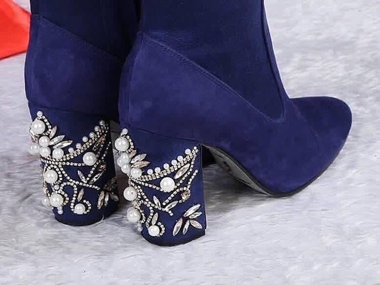 синие ботфорты со стразами на каблуке