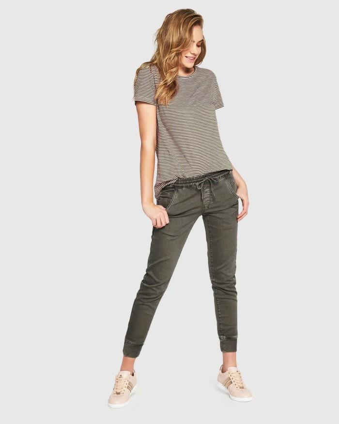 футболка в полоску серые джинсы