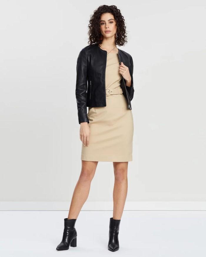 бежевое платье черная кожаная куртка