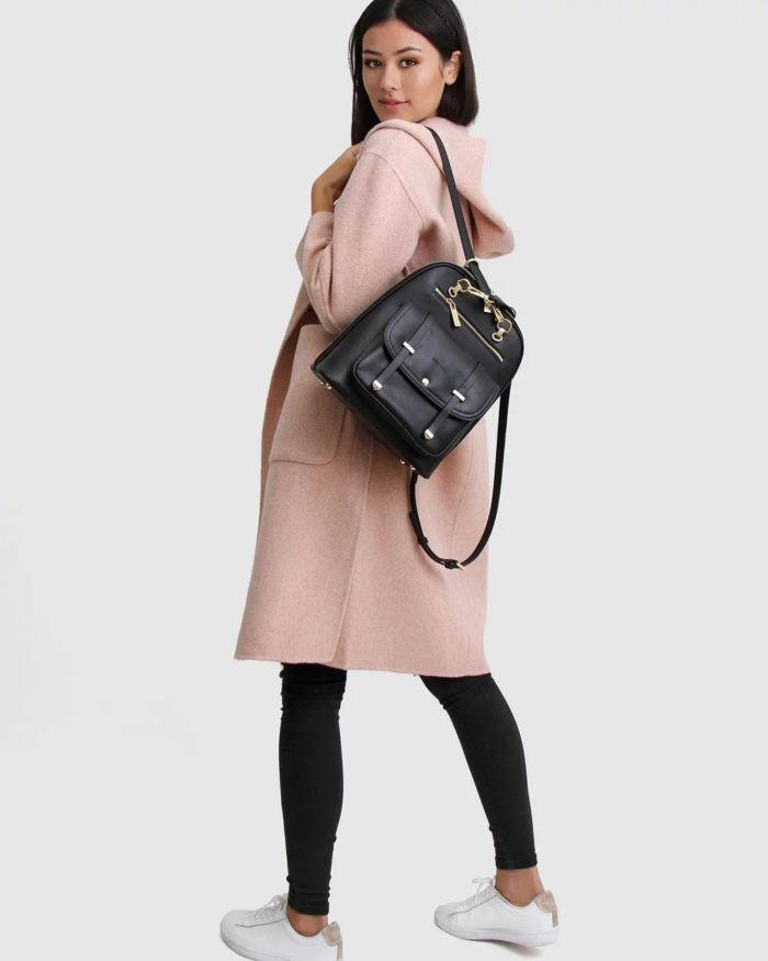 нежно-розовое пальто под узкие черные штаны
