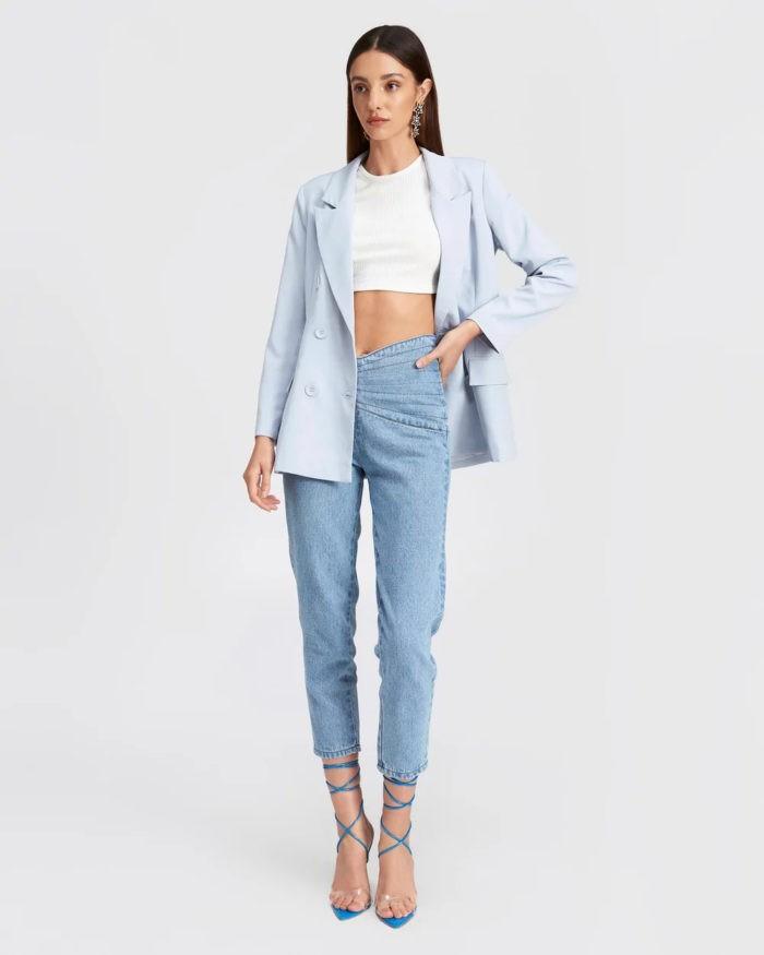 нежно-голубой пиджак и джинсы