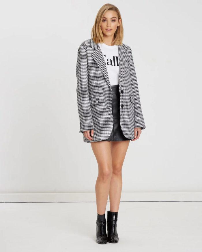 клетчатый пиджак под черную кожаную юбку