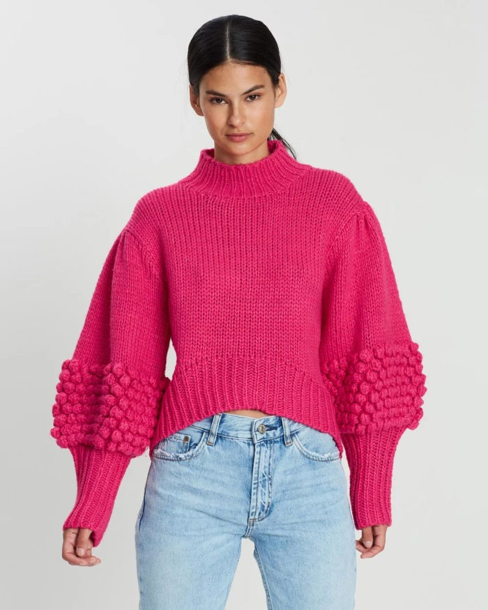 ярко-розовая вязаная кофта под джинсы