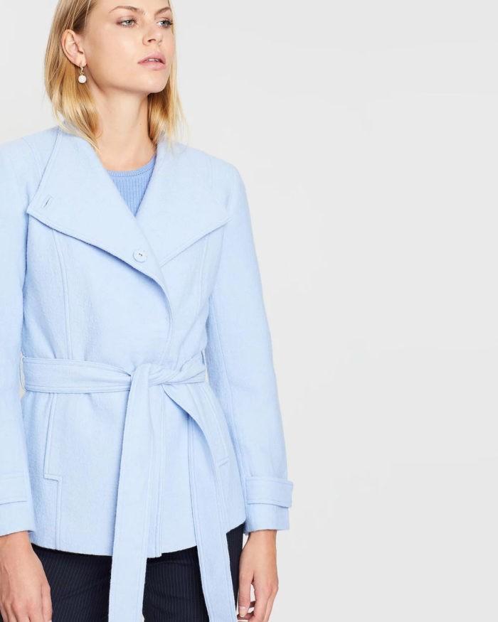 нежно-голубая куртка с поясом
