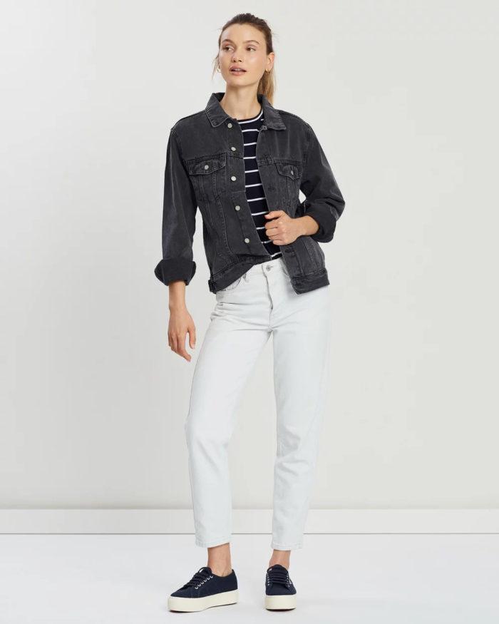 темно-серая джинсовая куртка на пуговицах