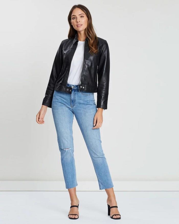 черная кожаная куртка на молнии под джинсы