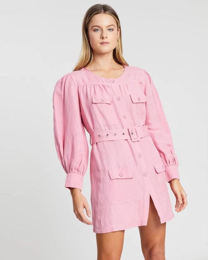 нежно-розовое платье с карманами и поясом