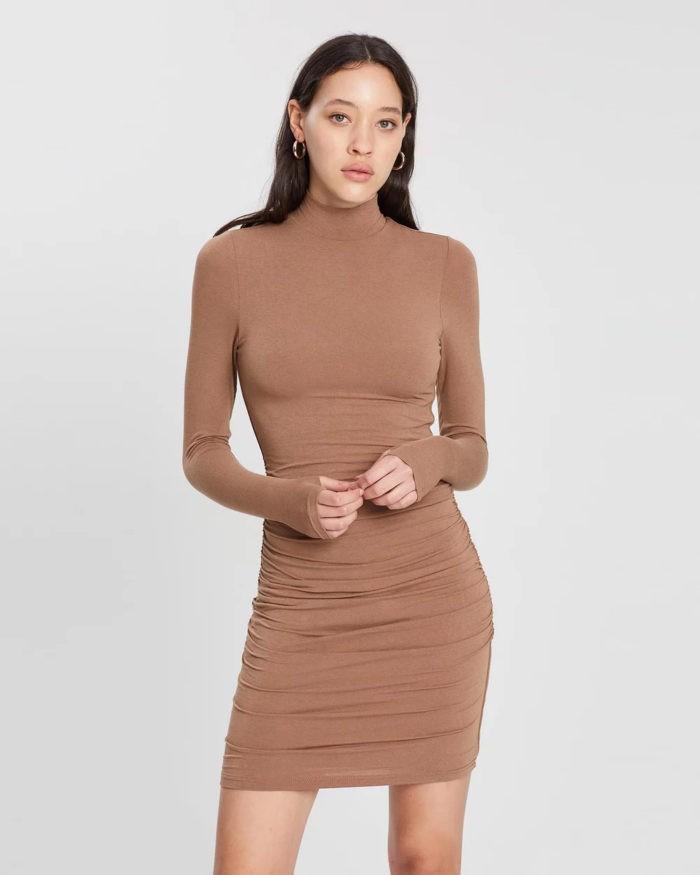 бежевое облегающее платье