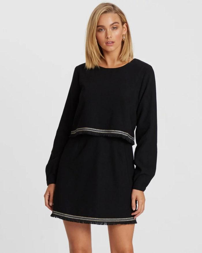 черное платье с белыми полосами