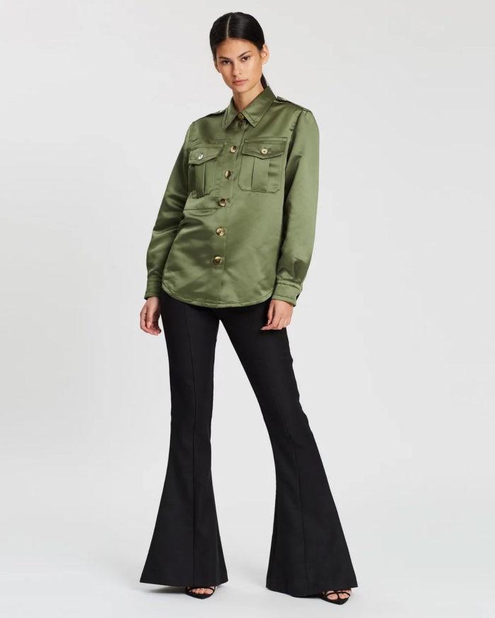 оливковая рубашка под черные штаны клеш