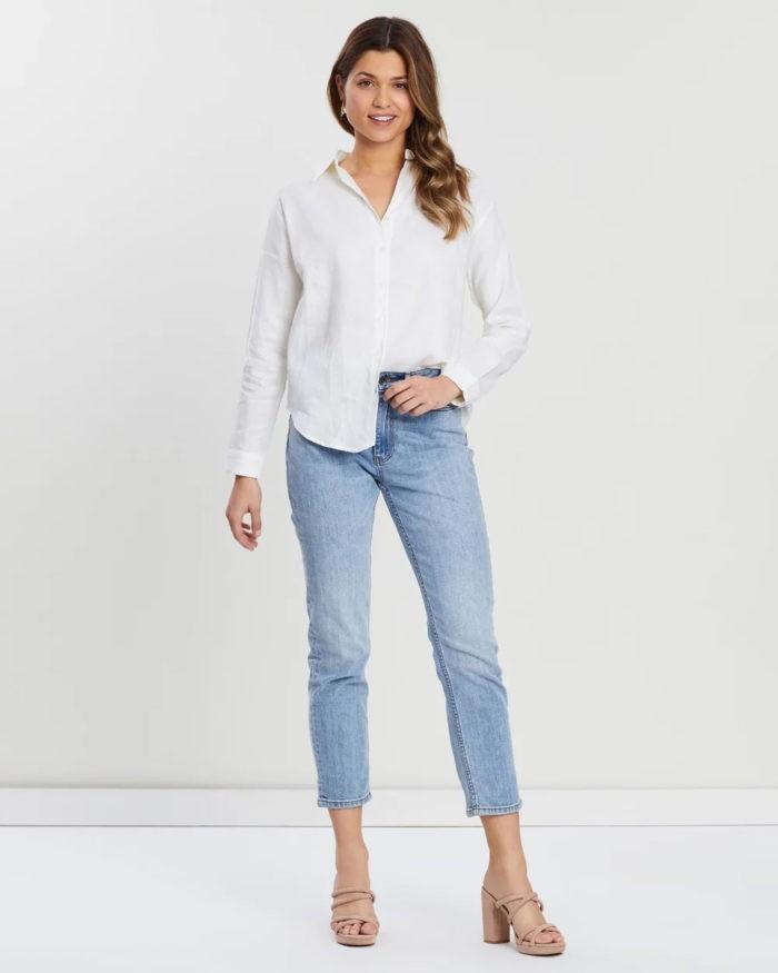 белая рубашка голубые джинсы