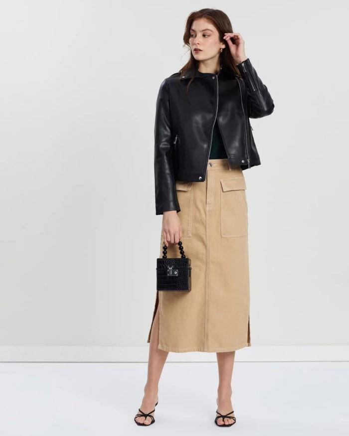 бежевая юбка черная куртка на молнии
