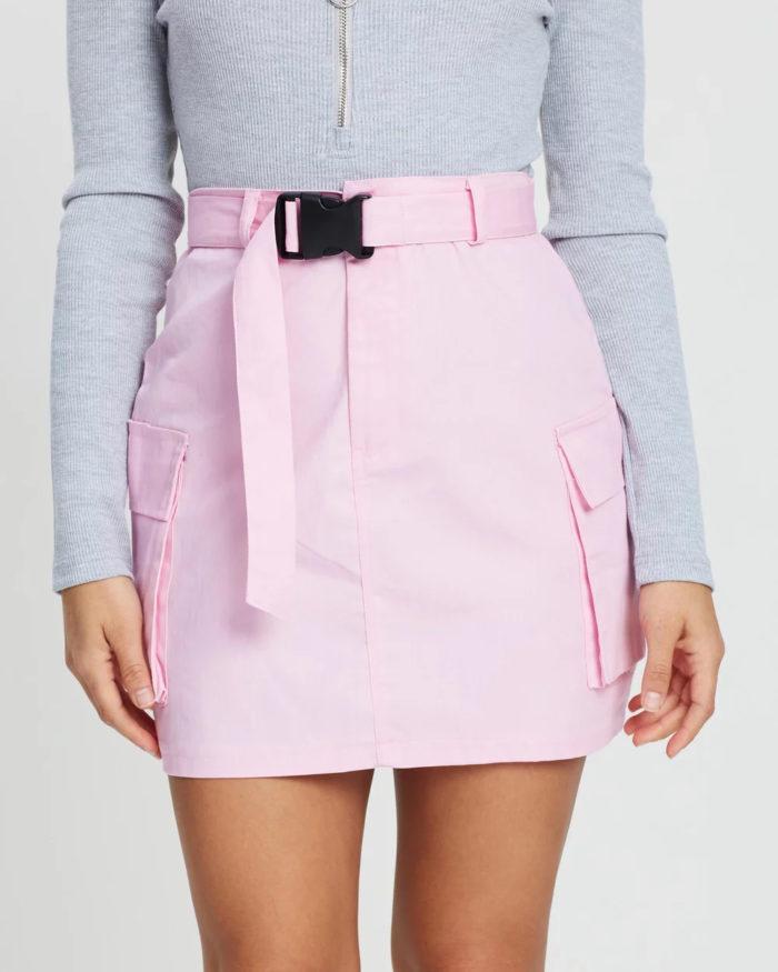 ярко-розовая с поясом и карманами