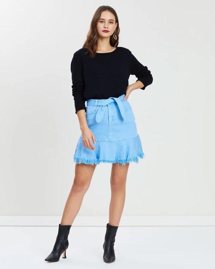 ярко-голубая джинсовая короткая