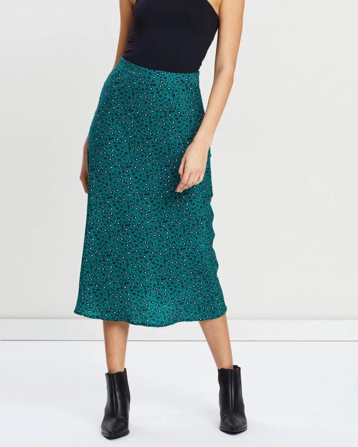 модные юбки 2019-2020: длинная сине-зеленая в крапинку