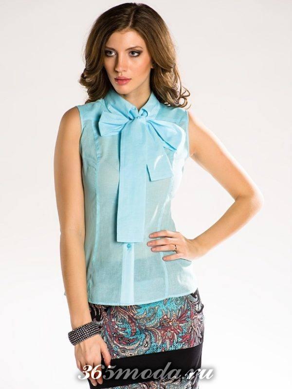 голубая блуза с бантом