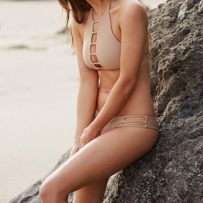 модные телесные купальники
