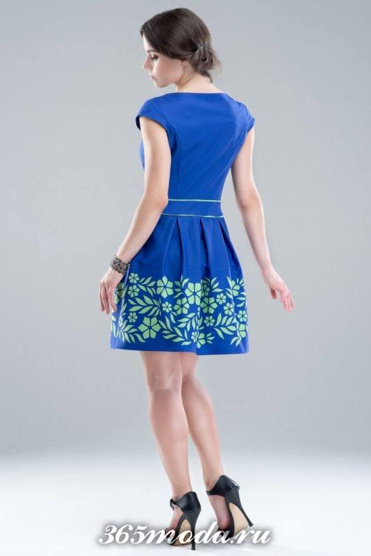 синее платье с принтом