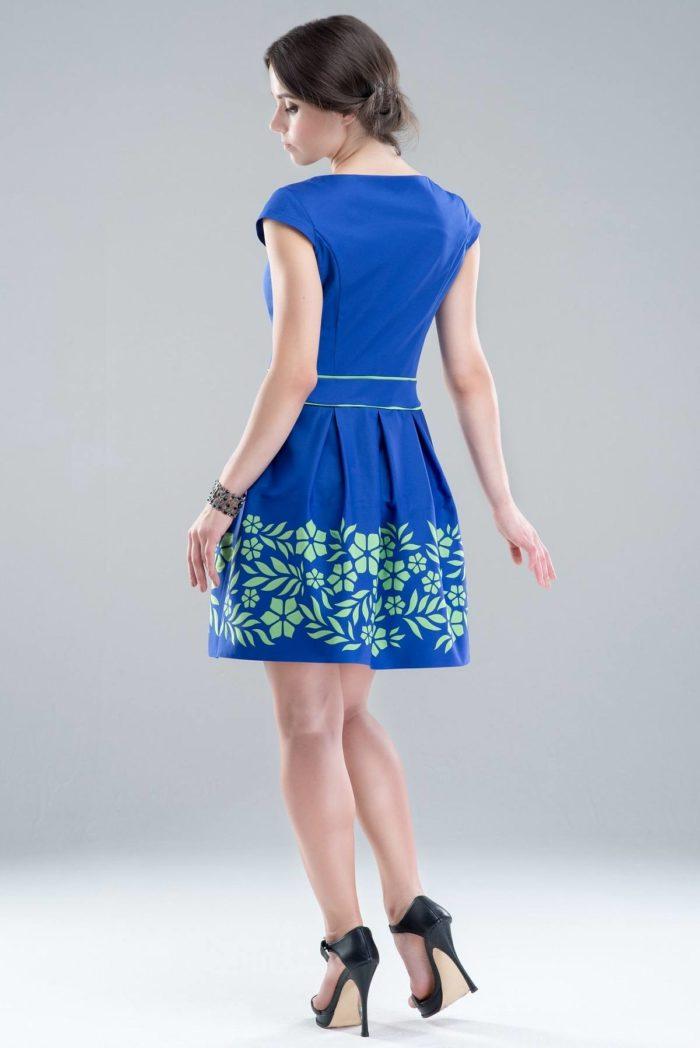 модные повседневные платья весна-лето 2019: синее с принтом