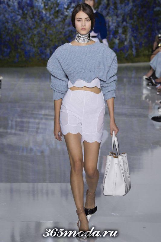 модные светлые шорты